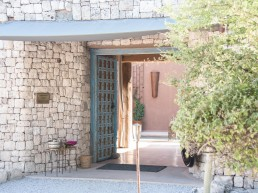Onguma The Fort is a luxury accommodation right next to the entrance of the Etosha National Park in Namibia nestled in the private Onguma Game Reserve.